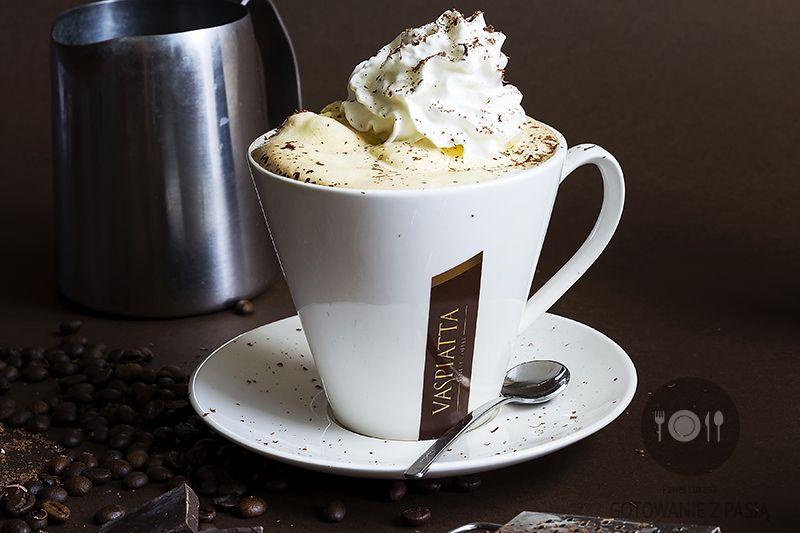 Cafe affogato z bitą śmietaną i posypką z gorzkiej czekolady