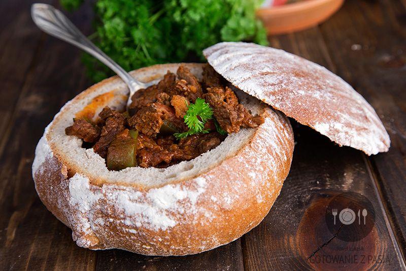 Gulasz wołowy z boczkiem i zieloną papryką w chlebie