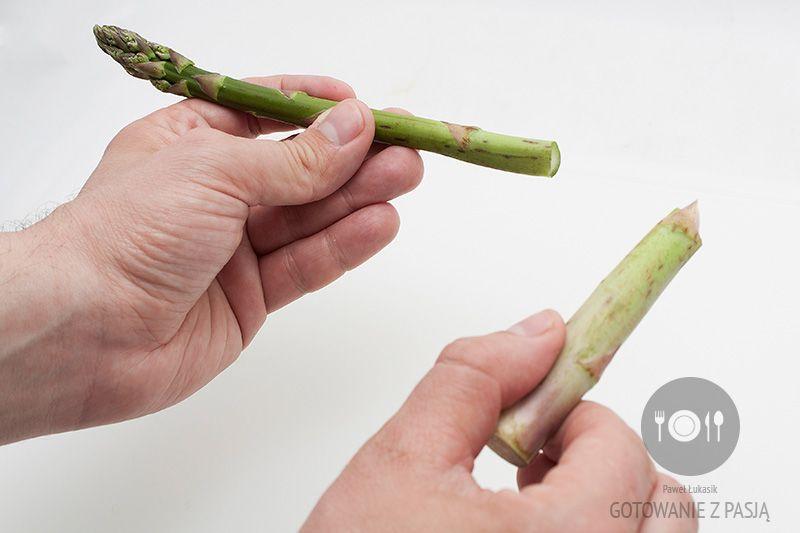 Zielone szparagi – usuwanie twardych końcówek