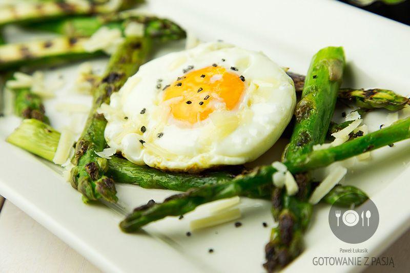 Grillowane szparagi z jajkiem sadzonym oraz parmezanem