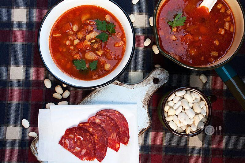 Zupa z trzema rodzajami fasoli, pomidorami na wędzonym boczku i  kiełbasce chorizo