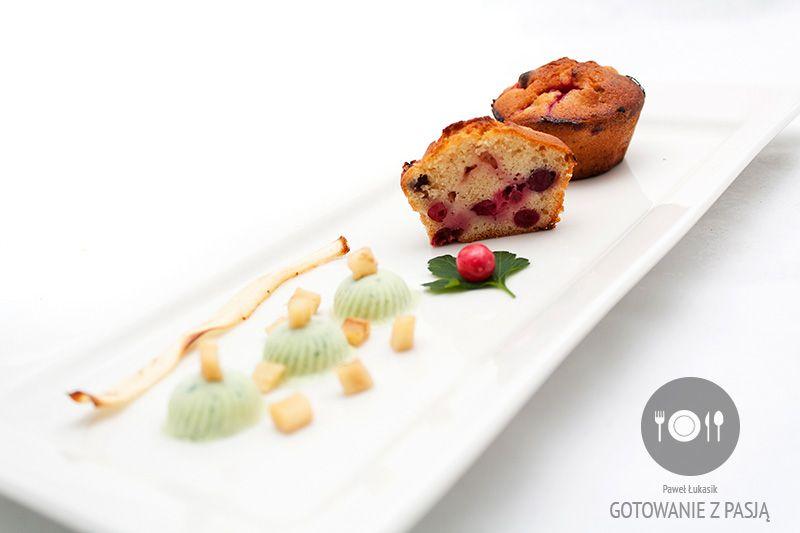 Muffinki żurawinowo-waniliowe z lodami z natki pietruszki oraz chipsem  i podsmażoną kosteczką z korzenia pietruszki