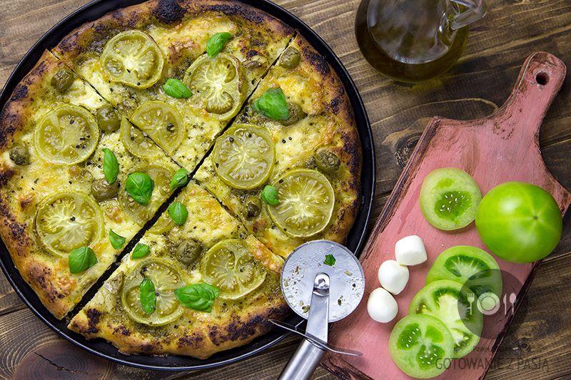 Pizza na pesto z zielonymi pomidorami i oliwkami