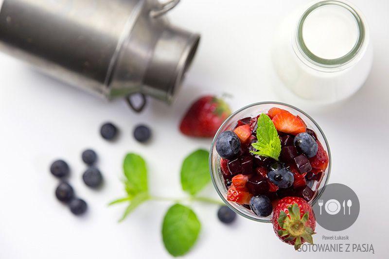 Galaretka mleczno-maślankowa z karmelizowanym pieczonym burakiem, borówkami oraz truskawkami