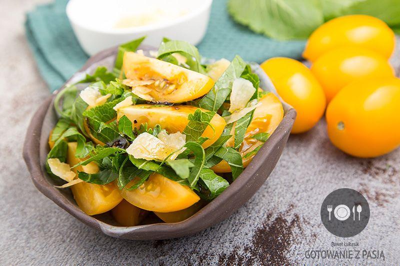 Sałatka z żółtych pomidorów ze świeżymi listkami chrzanu oraz czosnkowym winegretem