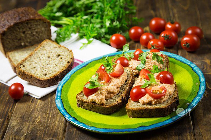 Knapki z chleba graham z pastą pomidorowo-kurczakową