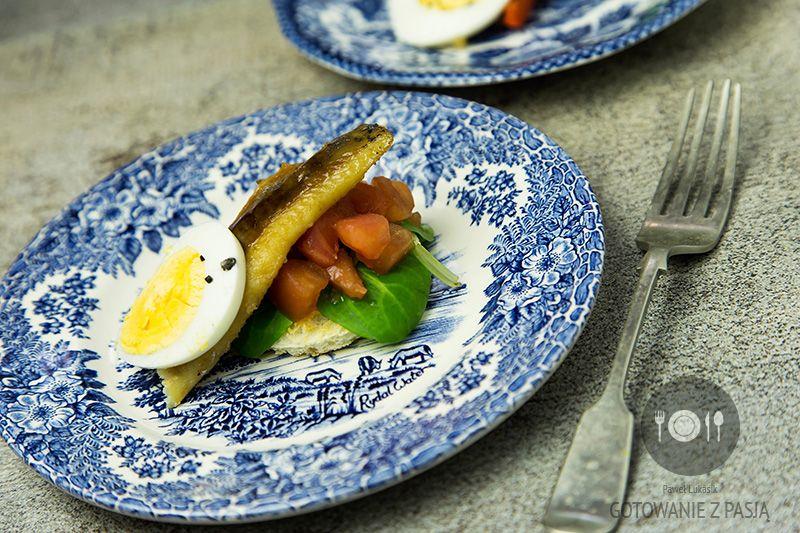 Marynowanym śledź i warzywa z grilla z jajkiem na twardo
