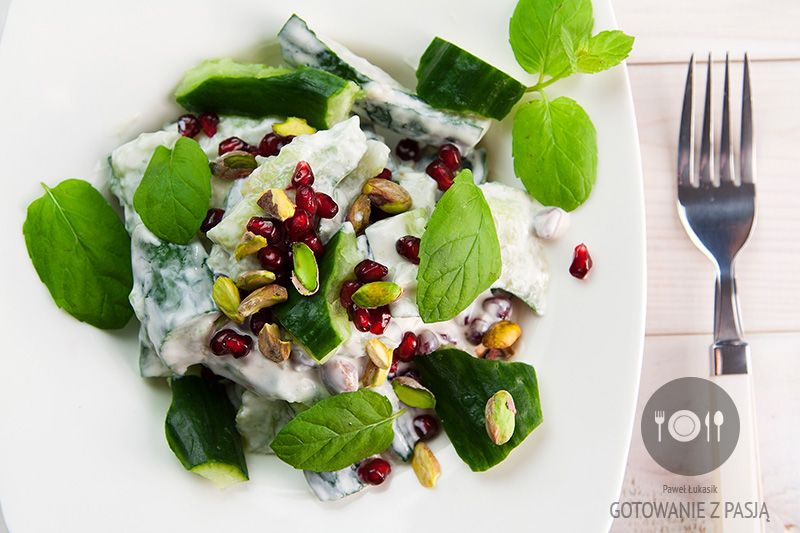 Sałatka sułtańska z miażdżonym ogórkiem, gęstym jogurtem w posypce z  pistacji, granatów oraz listków mięty